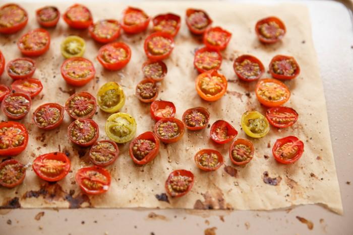 【プチトマトのタルティーヌ】ベーコンを半分にカットしたものと、塩、こしょう、オリーブオイルを垂らしたプチトマトを天板に並べ、180℃のオーブンで10分焼いておく。カンパーニュをトースターなどで焼き、プチトマトを敷き詰め、ベーコン、ポーチドエッグをのせ、ピンクペッパーレモンクリームソースをかけてできあがり。