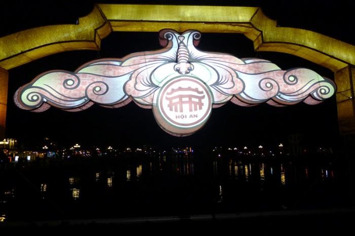 旧市街へ渡る橋にも飾りの提灯が