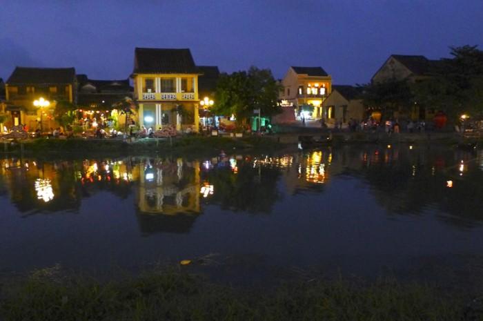 ドゥボン川に涼しい風が吹く頃に、ホイアンの街に灯がともる