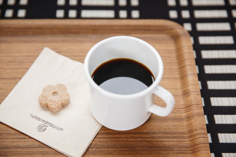 コーヒー500円。メニューはほかにクラムチャウダー500円、グラスワイン500円など。