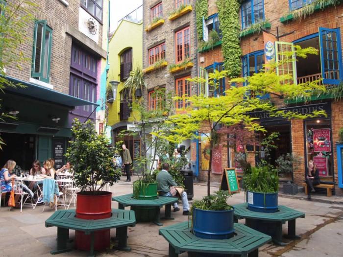アロマオイルで有名なニールズヤードの本店があるカラフルな広場。