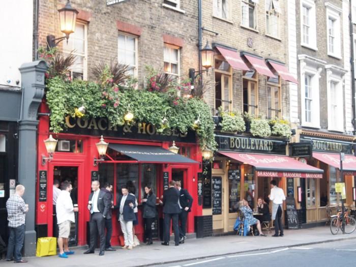 夕暮れのパブ。お酒で1日の疲れを癒すロンドン市民。