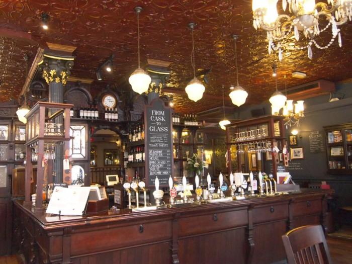 リバティ・デパートの裏にある、1898年創業のビクトリアンスタイルのパブ、「ザ・クラチャン(The Clachan)」。