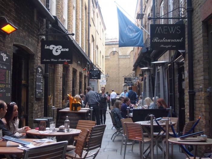 煉瓦小路に入ると素敵なレストランやコーヒーハウスに出会えます。