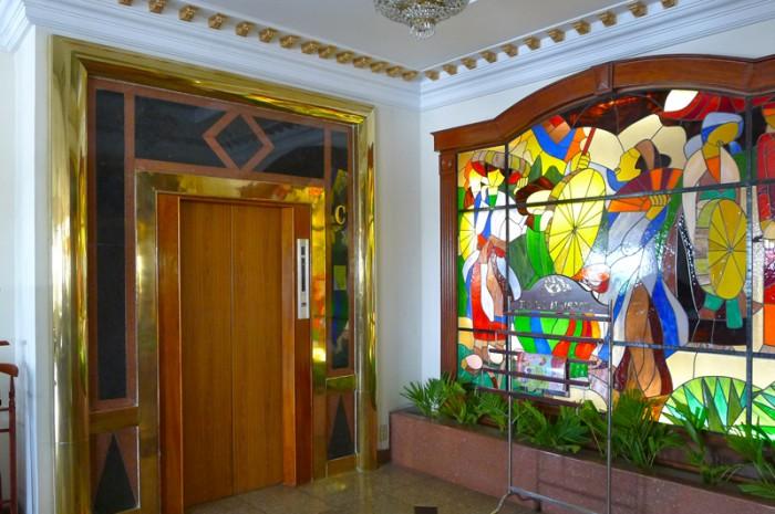 豪華なエレベーターの脇にはエスニックなステンドグラス