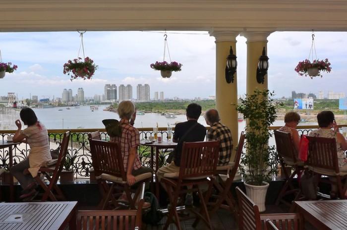 旧い友とサイゴン河を眺めながら、半世紀前のベトナム反戦デモの思い出話をぽつり、光陰矢の如し。