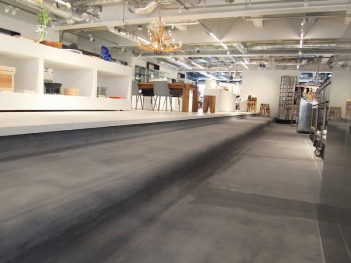 お店のデザインは『DAIKEI MILLS(ダイケイ ミルズ)』。過去から現在への時間を意識した内装。黒モルタル部は過去を表す。上層の白いところは現在・未来を表します。