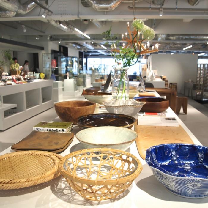 キッチンシーンでは大人のもう一品、ということで大皿をフィーチャー。家族で集って、友達を呼んで食事などの時に大活躍、骨董、木の器、和洋陶器とりまぜて、様々な素材の大皿を紹介しています。