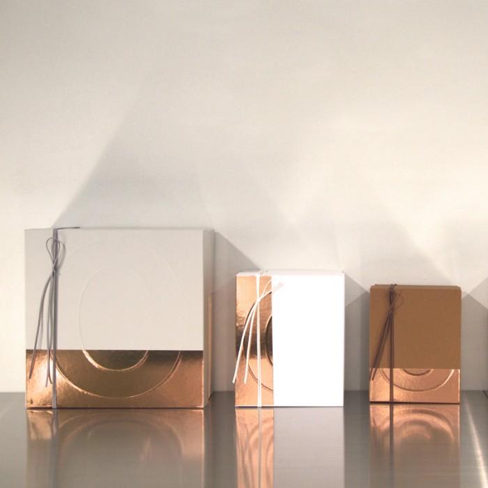 ラッピングのペーパー、ボックスも田中義久さんデザインによるもの。銅のような天然の色を活かしています。