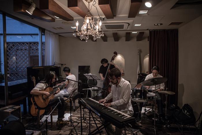 アントニオ・ロウレイロ(key.vo)、林正樹(p)、 沢田穣治(b)、田中徳崇(ds)と共演(以下敬称略)Photo by Ryo Mitamura