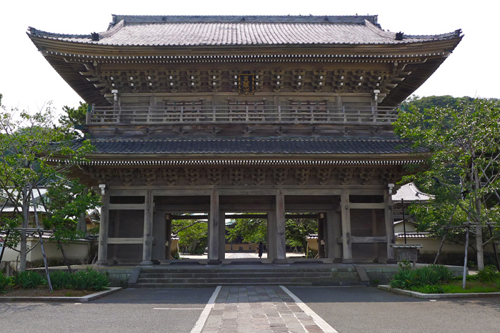 光明寺の山門は鎌倉でも最大級の威容だ。