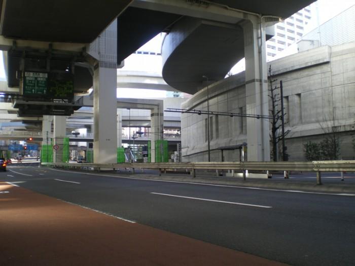 """トーキョーモビリティ14。国道246号線・通称""""玉川通り""""の頭上に展開される首都高3号線と大橋JCN。まるで懸垂式モノレールだ。渋谷に向かって右側に中央環状との分岐・合流用の壮大な4層ループがある。"""