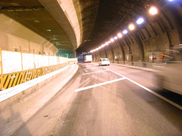 運用中でクルマがビュンビュン走る、そのすぐ隣りで品川線との接合が進む。前方の円形はトンネルの常だが、同時にシールドマシーンの掘った形跡をも示す。