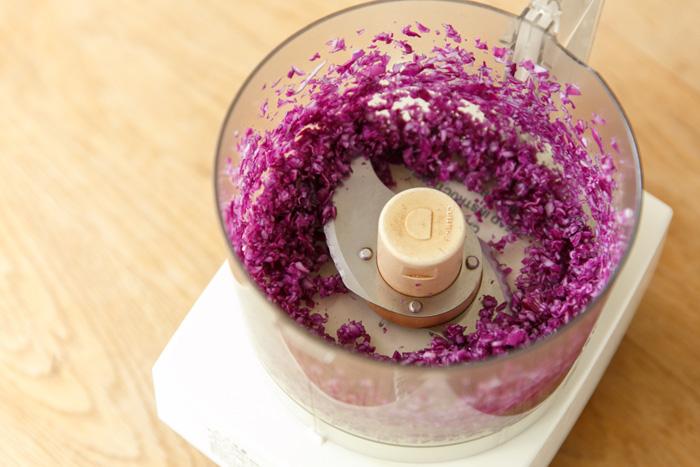 3.紫キャベツを粗くカットし、ミキサーにかけみじん切り程度に攪拌します。