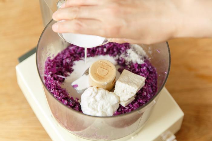 4.さらに、豆腐、ヨーグルト、生クリーム、塩を入れてまわす。