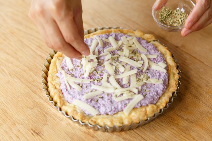 7.チーズとフェンネルシードを散らし、200℃のオーブンで30分ほど焼いて完成。