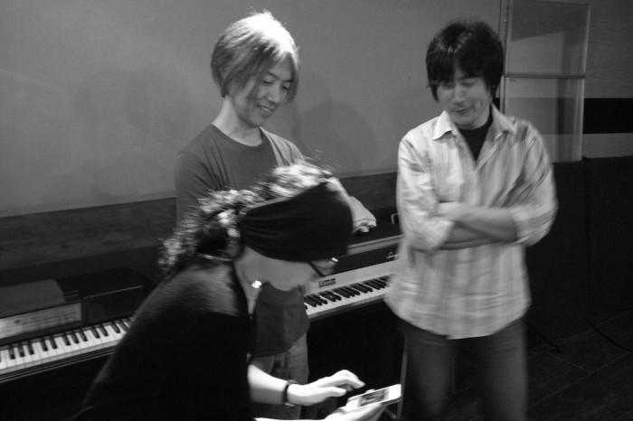 レコーディング・メンバーとスタジオにて(L to R 吉田慶子、黒木千波留、増根哲也)