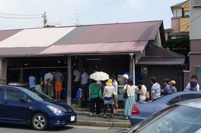 土曜日の朝の魚市場には行列ができる賑わい