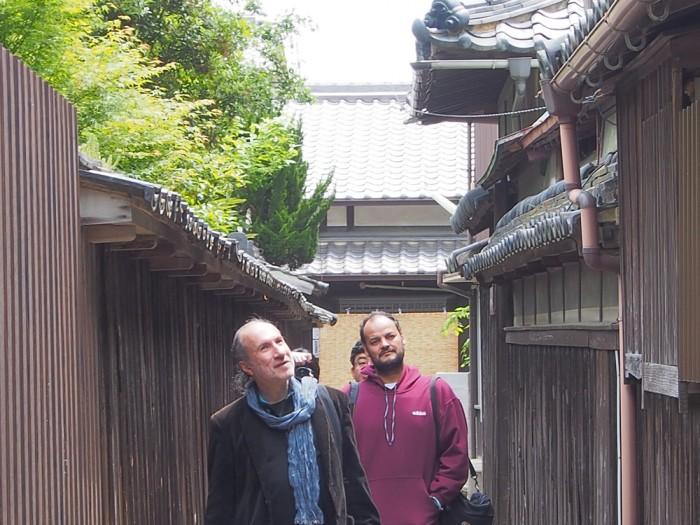 姫路の町を歩くふたり