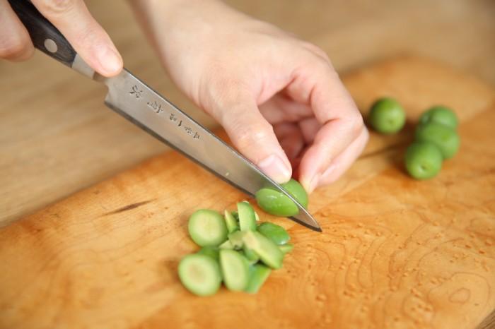 1.グリーンオリーブの種をとって刻む。(種なしのものは粗く刻んでおく)
