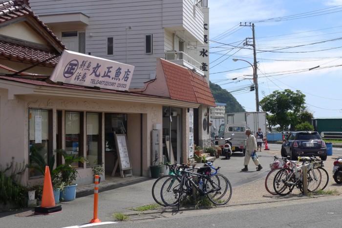 丸正魚店 前は港、隣りは魚市場