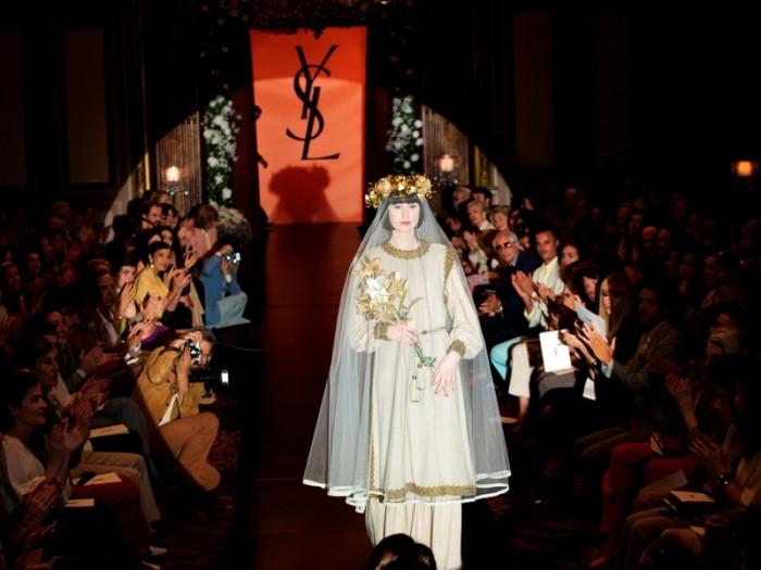 ピエール・ベルジュ氏が全面協力、イヴ・サンローラン財団のアーカイヴ衣装を貸し出しの上で撮影は行われました。時代を作って来た華麗なファッションの世界とイヴの人生が対比されます。