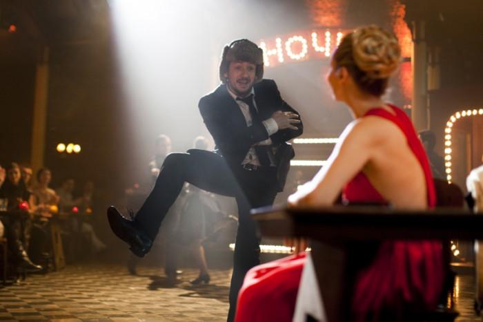 とあるパーティで珍妙なコサックダンスを披露するジャン=イヴ。なぜかわからないけど面白いシーン。特に腕を組んで後退するところに注目。