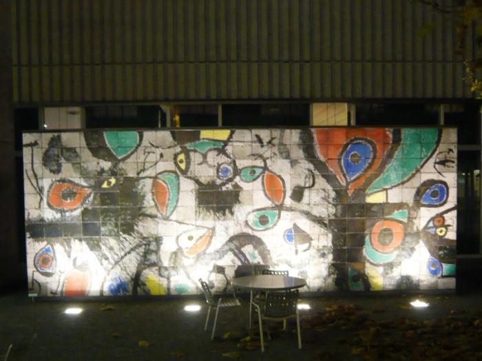 チューリヒ美術館のカフェ風中庭。夜はライトアップされるジョアン・ミロの大作壁画が映えます。