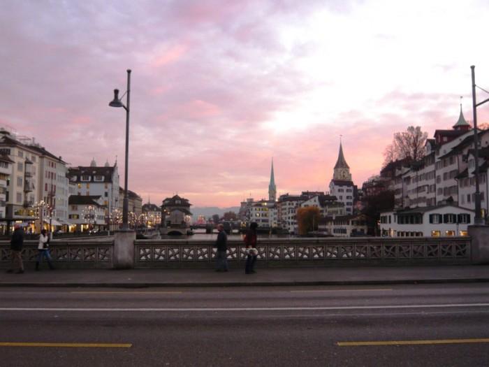 暮れなずむチューリヒのリマト川。古代ローマはこの川で通行税をとっていました。