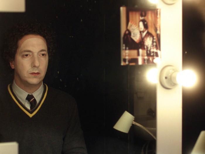 楽屋で化粧するギョーム(ギョーム・ガリエンヌ)。ギョームの人生がモチーフの自作自演の一人芝居の公演5分前なのだ。