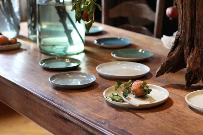 ディスプレイされているのはイギリスDENBYのヴィンテージの食器。