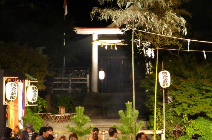舞台奥の宮内で祝詞の奏上やお祓い、火入れの神事などが執り行われる。