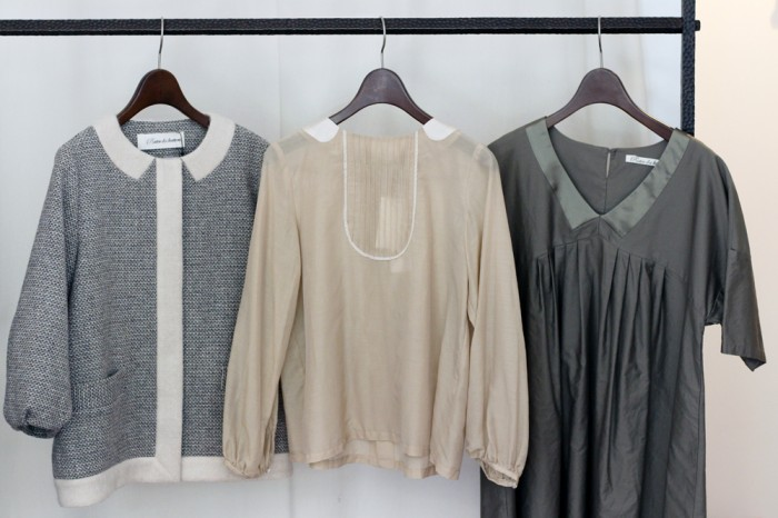 毎コレクション登場するトロンプルイユ衿デザインのアイテム。左からジャケット49,000円、ブラウス21,000円、ワンピース22,000円