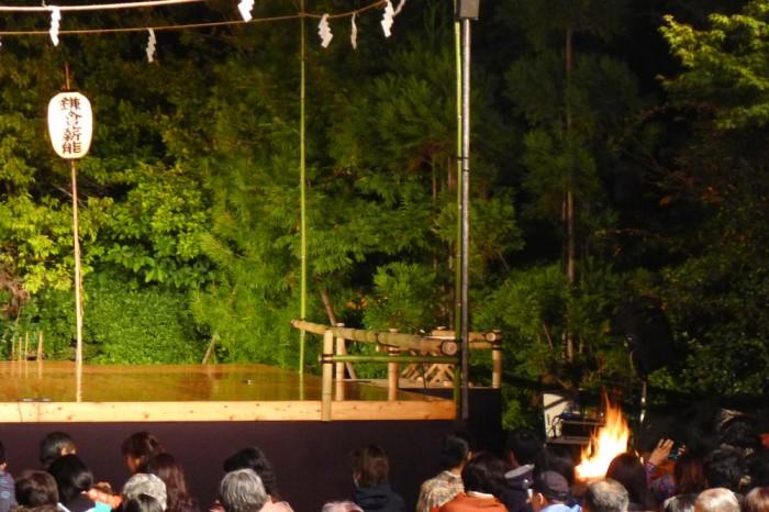 舞台の両袖で赤々と薪が燃える。屋外の演劇は古代から神に捧げるもの。