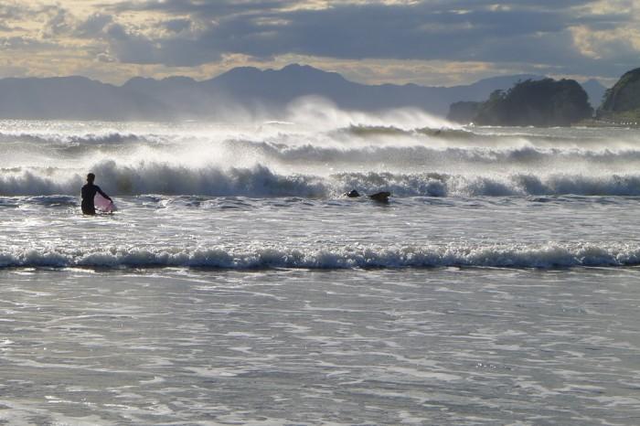 台風の吹き返しの飛沫が、浜辺ではマイナスイオンのシャワーのようだ。