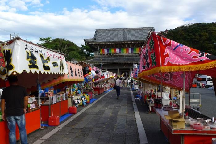 光明寺の参道に並ぶ屋台は、夜店の準備に忙しい。