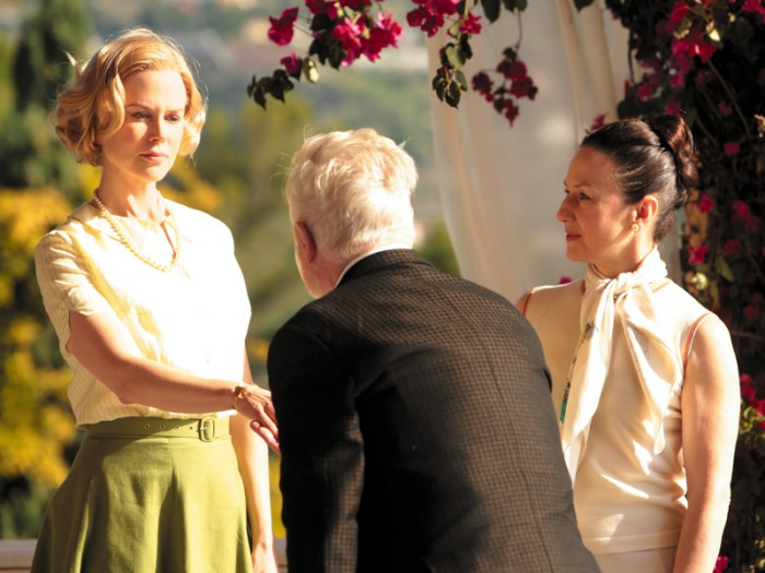 ヒッチコックが訪れ女優への復帰を促すが一念発起、デリエール伯爵(デレク・ジャコビ)の元、モナコの歴史、フランス語から公妃としてのマナーまで、学び直すことに。