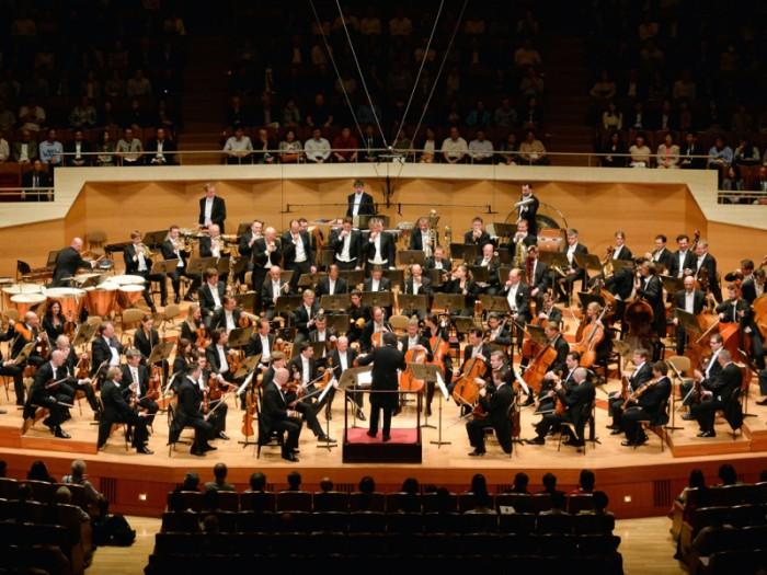 「合奏には他者への思いやりと恊働という概念が必要なので、人として成長することにつながる。つまりオーケストラというのはコミュニティなのです。みんなでハーモニーをつくりだす、ひとつの小さな世界なのです」(グスターボ・ドゥダメル)