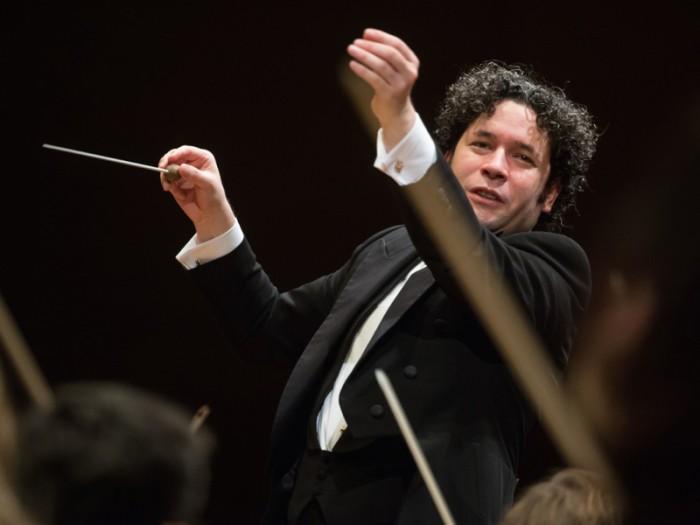 今もっとも愛されている指揮者、グスターボ・ドゥダメル。ドゥダメルの指揮のひとつの大きな特徴はその身振り。伸び上がる際はまさに自ら指揮した音楽によってそのまま空に羽ばたくのではないかとヒヤヒヤするほどだ。はっきりとしたアクションで聴衆の目をも魅了する。