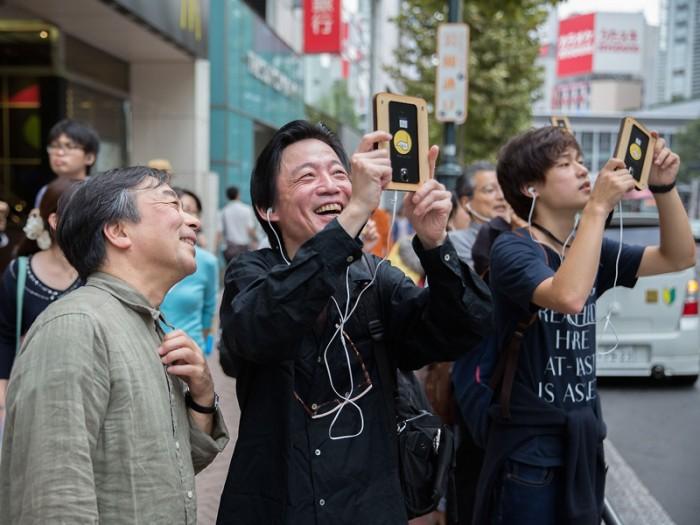 渋谷の街角に古い渋谷の映像をオーバーラップしたり、郵便ポストにスマフォを当てると、萩原さんがポストの上に乗っかっていたり。