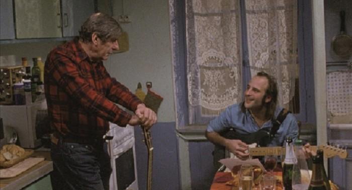 トネールでは、父クロード(ベルナール・メネズ)の家にやっかいになっているマクシム。ギターの弾き語りのメランコリックな曲を録音したりしている。クロードはメロディとトイレで鉢合わせする。