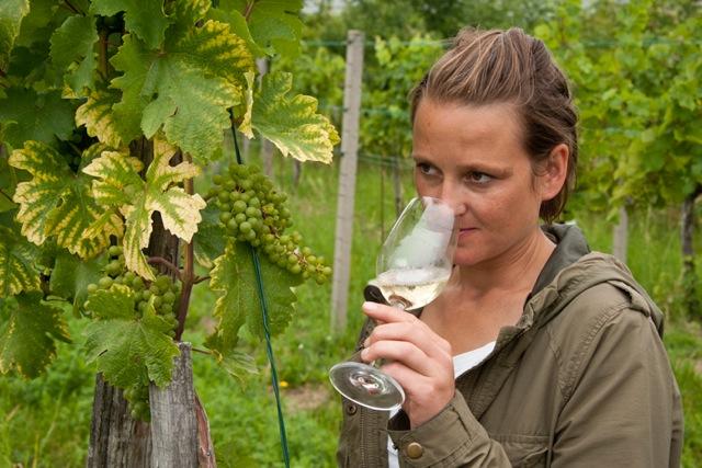 「ワインのスタイルは葡萄自身が決める。私はただその手助けをするだけ」と語るユッタ。©Udo Bernhart