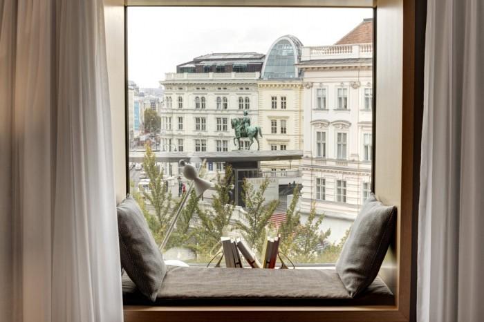 アルベルティーナ美術館やオペラハウスのほど近く。窓辺のコーナーには、英語とドイツ語の本が用意されている。