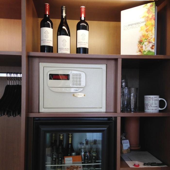部屋に、パートナー生産者のワインがずらり。