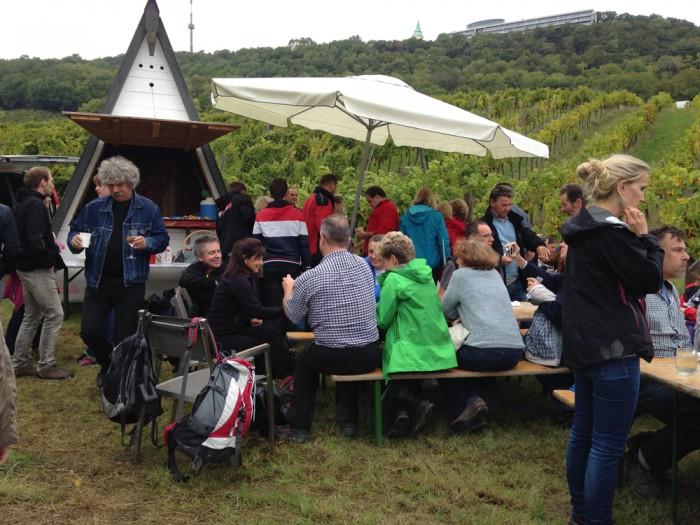 9月最終土曜日、みんなが楽しみにするワインハイキングは、ワイン片手に葡萄畑をまわるトレイル・ウォーク。