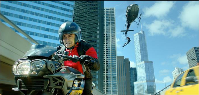 地上、空、海を縦横無尽に展開するバイク・アクション。手に汗にぎる!