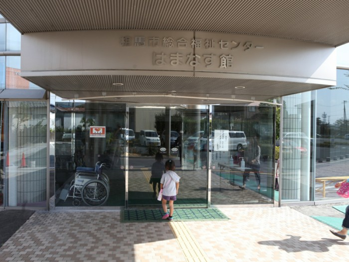 福島市総合福祉センター「はまなす館」。10時からの練習を前に、子どもたちが続々と到着してきた。© 2014 by Peter Brune