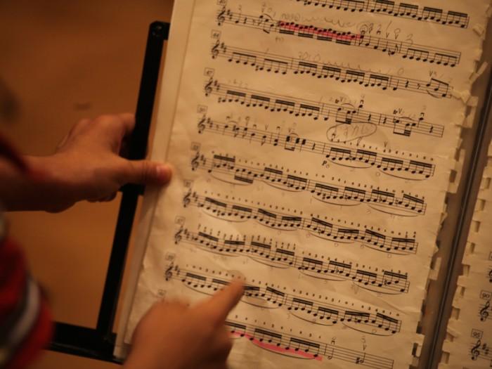 これが子どもたちの譜面。楽譜を読む練習もみんなでやる。読める子も、まだ読めない子も、自分のペースで。