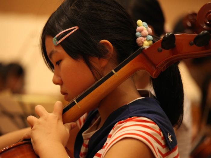 真剣な表情。エル・システマジャパンでは、子どもたちの希望があれば、演奏する楽器やパートも変えられる。