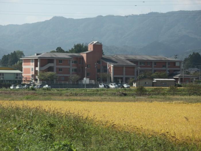 教わったとおりだ! 田んぼの中に突如として現れた! 相馬市立大野小学校。